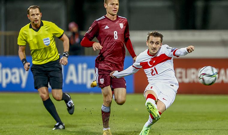 <p>İlk yarısı 0-0 tamamlanan mücadelede ilk gol Letonya lehine oldu. Roberts Savalnieks'in sağ kanattan ceza alanına gönderdiği ortasında, topu uzaklaştırmak isteyen Merih Demiral'ın kale önünde yaptığı ters vuruşta top ağlarla buluştu ve Letonya 1-0 öne geçti.</p>