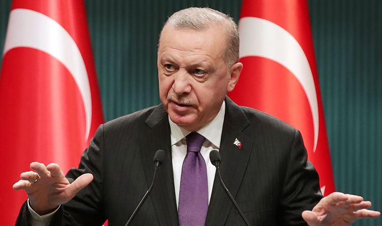"""<p>Analizde, <strong>""""Erdoğan 2023 öncesi gerçekten de savunmasız olabilir, ancak durum çoğu insanın düşündüğü gibi değil. Yeniden seçilmek için aday olamayacak kadar hasta olabileceğine dair işaretler var""""</strong> ifadeleri yer aldı.<br></p><p>Foreign Policy'e göre, <strong>""""Son aylarda Türk liderin pek de iyi görünmediği bir dizi video ortaya çıktı. Bazıları diğerleri kadar net değil, ancak birlikte ele alındığında Erdoğan'ın sağlığı hakkında bazı bariz soruları gündeme getiriyor. Örneğin bir klipte, cumhurbaşkanı merdivenleri çıkarken karısının yardımına ihtiyaç duyuyor gibi görünüyor. Bir diğerinde ise Türkiye'nin kurucusu Mustafa Kemal Atatürk'ün mozalesine ev sahipliği yapan Anıtkabir'de ayaklarını sürüyerek yürümekte güçlük çekiyor. Geçtiğimiz Temmuz'da büyük ilgi gören bir başka videoda da Erdoğan, bir televizyon yayınında AKP üyelerine bayram selamı verirken konuşmakta güçlük çekiyor.""""</strong></p>"""