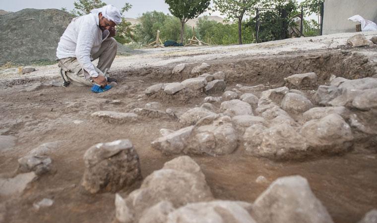 <p>Kentte 1968 yılından sonra ilk defa bilimsel metotlar kullanılarak yapılan kazı çalışmalarında antropolog, arkeolog, sanat tarihçi ve stajyer öğrencilerden oluşan yaklaşık 15 kişilik ekip görev alıyor.</p>