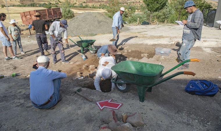 <p>Fırça ve spatula yardımıyla bulunduğu yerden çıkarılan iskelet parçaları, Tunceli Müzesi'nde koruma altına alındı.</p>