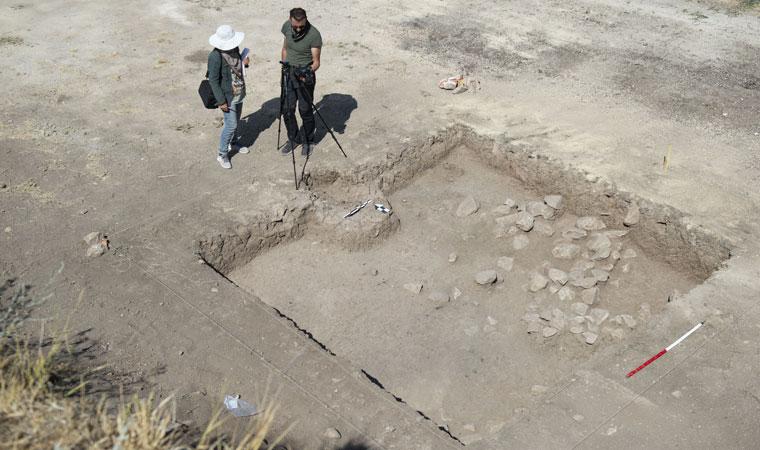 <p>Kazıda pişmiş toprakla yapılan çanak ve çömleklerin yanı sıra obsidiyen, kemik ve taştan aletler ile ok uçları da bulundu. Tarihe ışık tutacak eserler müzede sergilenecek.</p>