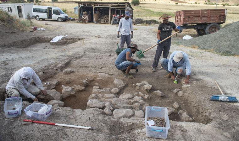 <p>Düzce Üniversitesi Fen-Edebiyat Fakültesi Arkeoloji Bölümü Dr. Öğr. Üyesi Yasemin Yılmaz,&nbsp; Tunceli'de yaklaşık 6 yıldır yüzey araştırması yaptıklarını ve kentte Alt Paleolitik dönemden itibaren olan tüm arkeolojik dönemleri tespit ettiklerini söyledi.</p>