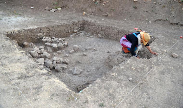 """<p><strong>Höyüğün tahrip olduğu alanlarda çalışmalar yürüttüklerini anlatan Yılmaz, şöyle konuştu:</strong></p><p>""""Burada sit alanlarının sınırlarını belirlemeye çalışıyoruz. Yüzey toprağının hemen altından arkeolojik kalıntılar çıkmaya başladı. Kazının üçüncü gününde bir insan iskeleti açığa çıktı. Çocuk yaşlarda bir bireye ait. Toprağa açılan oval biçimli bir çukura büzülmüş biçimde yatırılmış bir birey, kuzey ve güney doğrultuda uzatılmış. Bu iskelet eski topluma ait ve o döneme ilişkin doğrudan bize bilgi sağlayan kalıntı olduğu için çok önemli.""""</p>"""