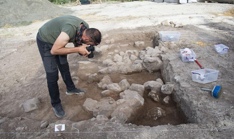 """<p>Kazı Başkanı ve Tunceli Müzesi Müdürü Kenan Öncel de kentte müzenin açılmasıyla birlikte arkeolojik çalışmaların hız kazandığını vurguladı.</p><p>Bu kapsamda Tozkoparan Höyüğü'nde ilk kurtarma kazısını başlattıklarını aktaran Öncel, """"Yaklaşık bir ay daha alanda çalışma yapmayı düşünüyoruz. Amacımız, höyüğün yaygınlığını ve sınırlarını belirlemek. Çalışmalarımızı bu yönde devam ettiriyoruz. Tunceli Müzesi şu an Türkiye'nin en yeni müzesi. Bu kurtarma kazısında ele geçirilen eserlerimiz Tunceli Müzesi'nin koleksiyonunu zenginleştirecektir ve ayrıca ilin kültürel geçmiş tabakalanmasının ortaya çıkmasında önemli katkıları olacaktır"""" diye konuştu.</p>"""