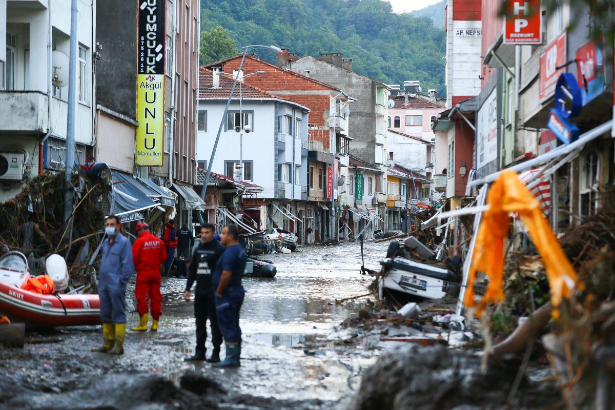 """<p>Aafet ve Acil Durum Başkanlığı'ndan (AFAD), Kastamonu, Bartın ve Sinop'ta kuvvetli sağanak yağış sonrası yaşanan sel felaketiyle ilgili yapılan açıklamada, """"Kastamonu'da sel sularına kapılan 2 vatandaşımız hayatını kaybetmiştir. Bartın'da kaybolan 1 vatandaşımızı arama çalışmaları devam etmektedir"""" denildi. AFAD tarafından yapılan bir sonraki açıklamalarda ölü sayısının 5'e yükseldiği belirtildi.&nbsp;</p>"""