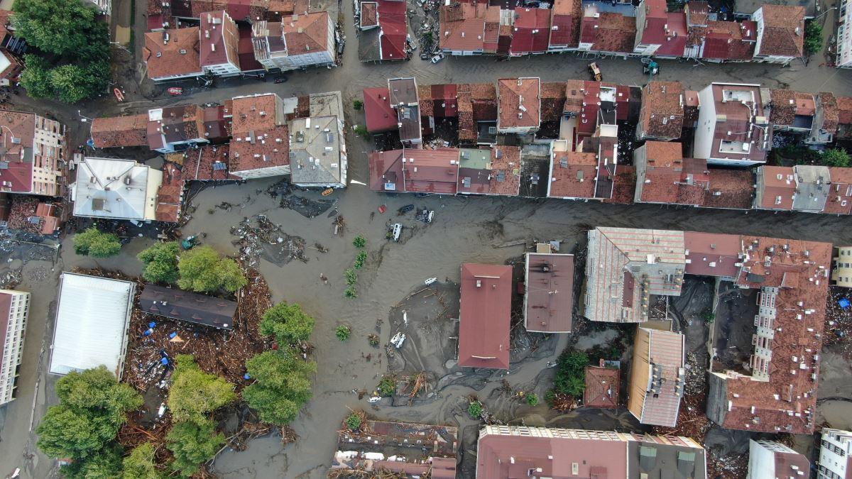 """<p>Açıklamanın devamında ise şu ifadelere yer verildi:</p><p>""""Bartın genelinde 4 köye, Kastamonu genelinde 180 köye ve Sinop'ta Ayancık ve Türkeli ilçelerine bağlı 87 köye elektrik verilememektedir. Kastamonu'ya Samsun AFAD'dan 1 mobil enerji aracı sevk edilmiştir. Sinop'taki çalışmalarda kullanılmak üzere Samsun'dan jeneratör sevk edilmiştir.</p><p>Ulaştırma ve Altyapı Bakanlığı aracılığıyla bölgedeki yol ve köprü gibi altyapı unsurlarının onarılması amacıyla yeterli sayıda ekip, ekipman ve araç takviyesi yapılmıştır. Karabük-Bartın yolu Bahçecik mevkiinde yoğun yağış sonucu bir köprüde göçük meydana gelmiştir. Kastamonu'da 2, Bartın'da 2 köprü yıkılmış olup 3 ilde birçok köprü hasar görmüştür. Sinop Ayancık ilçesine ulaşım köy yollarından sağlanmaktadır.</p><p>Bölgede yürütülen çalışmalara Karayolları'ndan 5 kamyon, 4 dozer, 3 greyder katılım sağlamakta olup, itfaiye ekipleri su boşaltma çalışmaları yürütmektedir. Çalışmalarda kullanılmak üzere Samsun'dan kamyon, lastikli ekskavatör, vidanjör, yükleyici ve lowbed görevlendirmesi yapılmıştır.</p><p>Kastamonu ve Sinop'ta bazı bölgelerde mobil şebeke kapsama sorunu yaşanmakta olup, Ulaştırma ve Altyapı Bakanlığı aracılığıyla bölgeye ilave mobil baz istasyonu takviyesi sağlanmıştır.</p><p>Meteoroloji Genel Müdürlüğü'nden alınan bilgiye göre, 11 Ağustos 2021 tarihinde Bartın Ulus'ta 90 mm; Kastamonu Küre'de 198 mm, Pınarbaşı'na 167 mm, Azdavay'a 145 mm, İnebolu'ya 123 mm, Abana'ya 122 mm Bozkurt'a 117 mm; Sinop Merkezde 104,6 kg, Ayancık'ta 301,03 kg, Boyabat'ta 76,6 mm, Dikmen'de 54 mm, Erfelek'te 78,6 mm, Gerze'de 72,4 mm, Merkez'de 83,8 mm, Türkeli'nde 223,23 kg yağış düşmüştür. Yağışların 12 Ağustos 2021 Perşembe günü 18.00 civarında bölgede etkisini kaybetmesi beklenmektedir. Gelişmeler takip edilmektedir.""""</p>"""