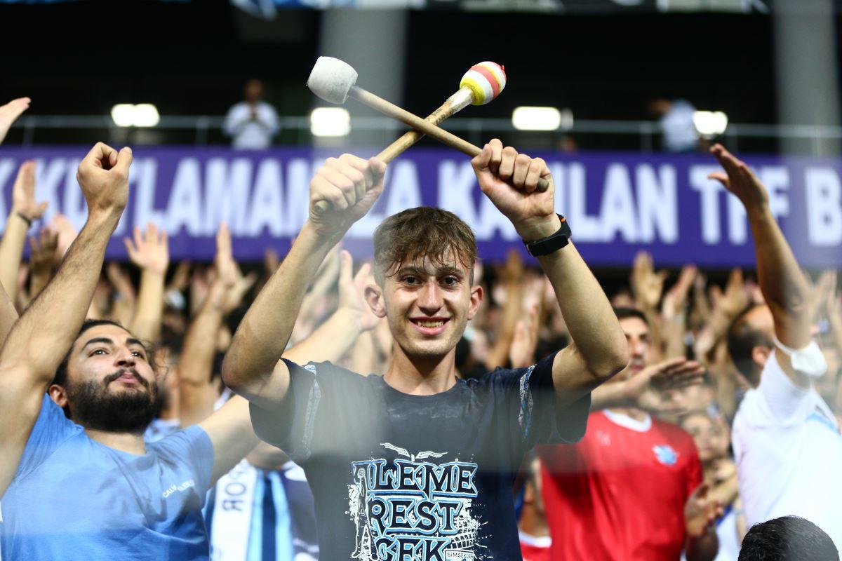 <p>26 yıl sonra Süper Lig'e yükselen Adana Demirspor tribünlerinin coşkusu ekranlara yansıdı.</p>