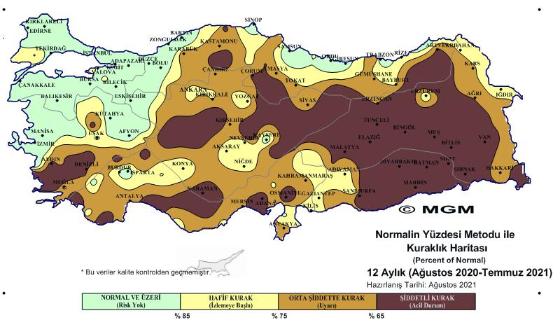 <p><strong>TEMMUZ ŞİDDETLİ KURAK GEÇTİ</strong></p><p>Normalin Yüzdesi Metodunda, 2021 Temmuz ayı Meteorolojik Kuraklık Durumu'na göre, 1 aylık (Temmuz 2021) haritada, Türkiye'nin yarısından fazlası 'şiddetli kurak' olarak görülüyor. Akdeniz ve Güneydoğu Anadolu'da, Adana'nın bir kısmı hariç tamamı 'şiddetli kurak', Doğu'da Malatya, Tunceli, Bingöl, Muş, Bitlis bölgeleri yine aynı şekilde 'şiddetli kurak' olarak gösteriliyor.</p><p>Ege'de Muğla, Denizli ve Afyonkarahisar'ın bir kısmı hariç tüm bölgede 'şiddetli kurak' tehlikesi var. Marmara'da Trakya'nın neredeyse tamamı, Balıkesir ile İç Anadolu'da ise Konya, Karaman, Kırıkkale, Yozgat, Sivas'ın bazı kesimleri harici ve Karadeniz'de Kastamonu'nun güneyiyle Samsun'da bir bölge 'şiddetli kurak' olarak temmuz ayını yaşadı.</p><p>Son üç aylık ve bir yıllık verilere göre ise Ege'nin kıyı kesimlerinden Akdeniz, Güneydoğu ve Doğu Anadolu'nun tamamıyla İç Anadolu'nun bazı bölgeleri yine şiddetli kurak, orta şiddette kurak ve hafif kurak olarak gösterildi. Bu bölgelerin çevresi de diğer şiddetlerdeki kuraklığı yaşadı. Marmara, Karadeniz, Ege'nin kuzeyi ve İç Anadolu'nun büyük kesimi ise normal veya çeşitli düzeylerde nemli geçti.</p>