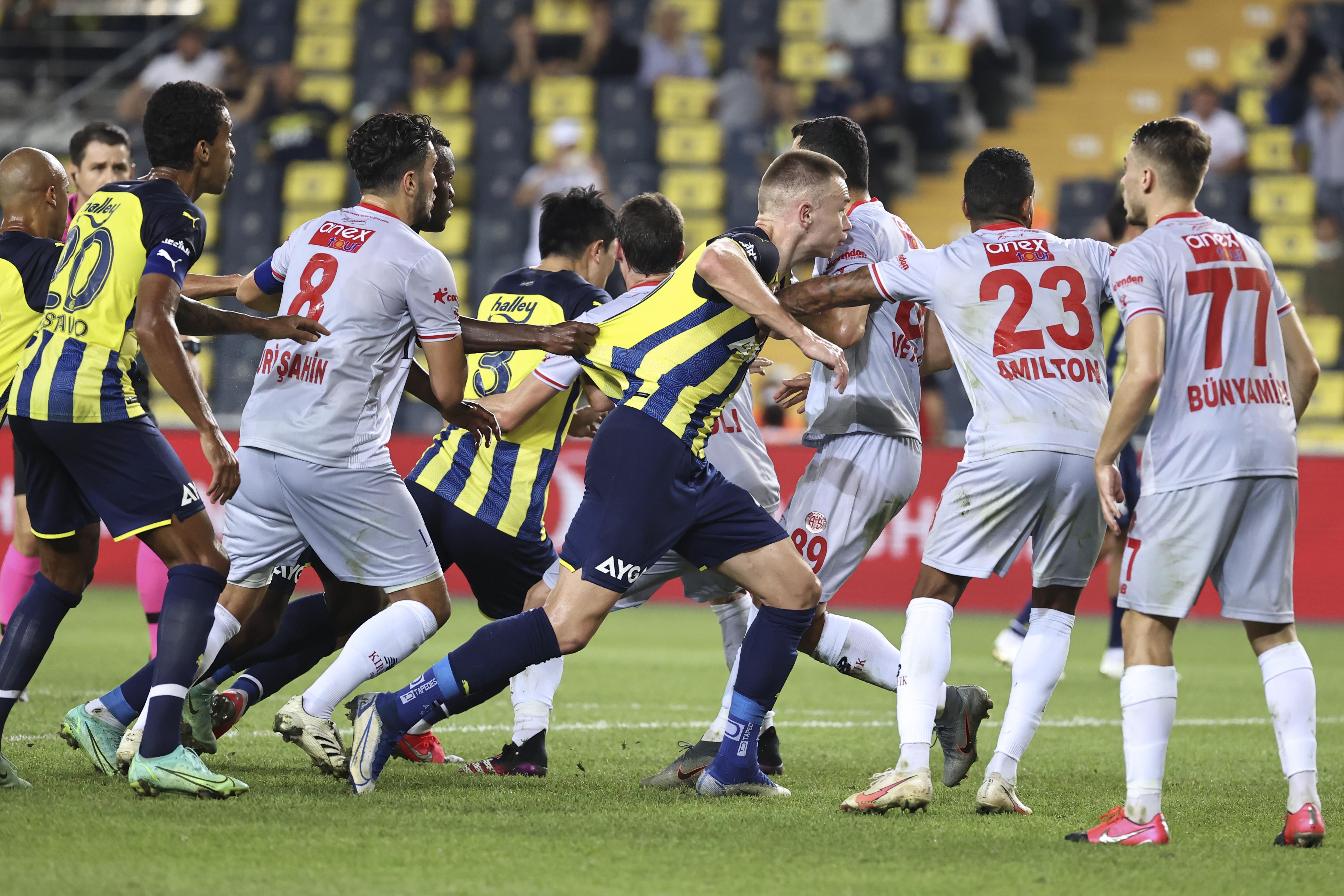 """<p>Fenerbahçe Kadıköyde'ki mücadeleye Altay, Tisserand-Min Jae-Szalai, Nazım-Sosa-Gustavo-Ferdi, Osayi-Samuel-Muhammed, Samatta 11'i ile başladı.<br data-mce-bogus=""""1""""></p>"""