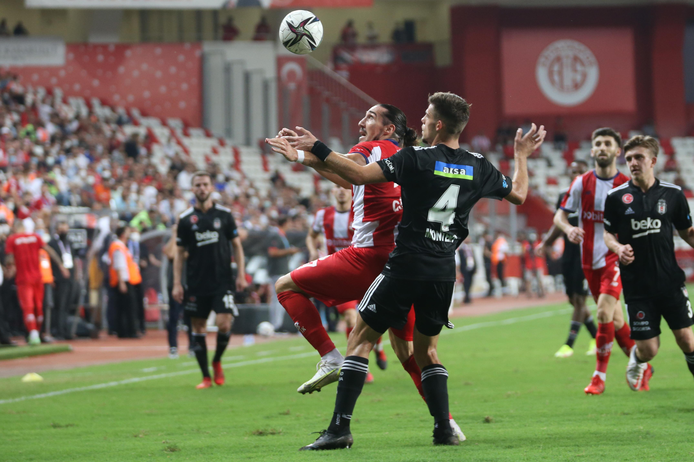 <p>Başarılı stoper geçtiğimiz transfer sezonunda Atletico Madrid'ten bonservisiyle Beşiktaş'a transfer olmuştu.&nbsp;</p>