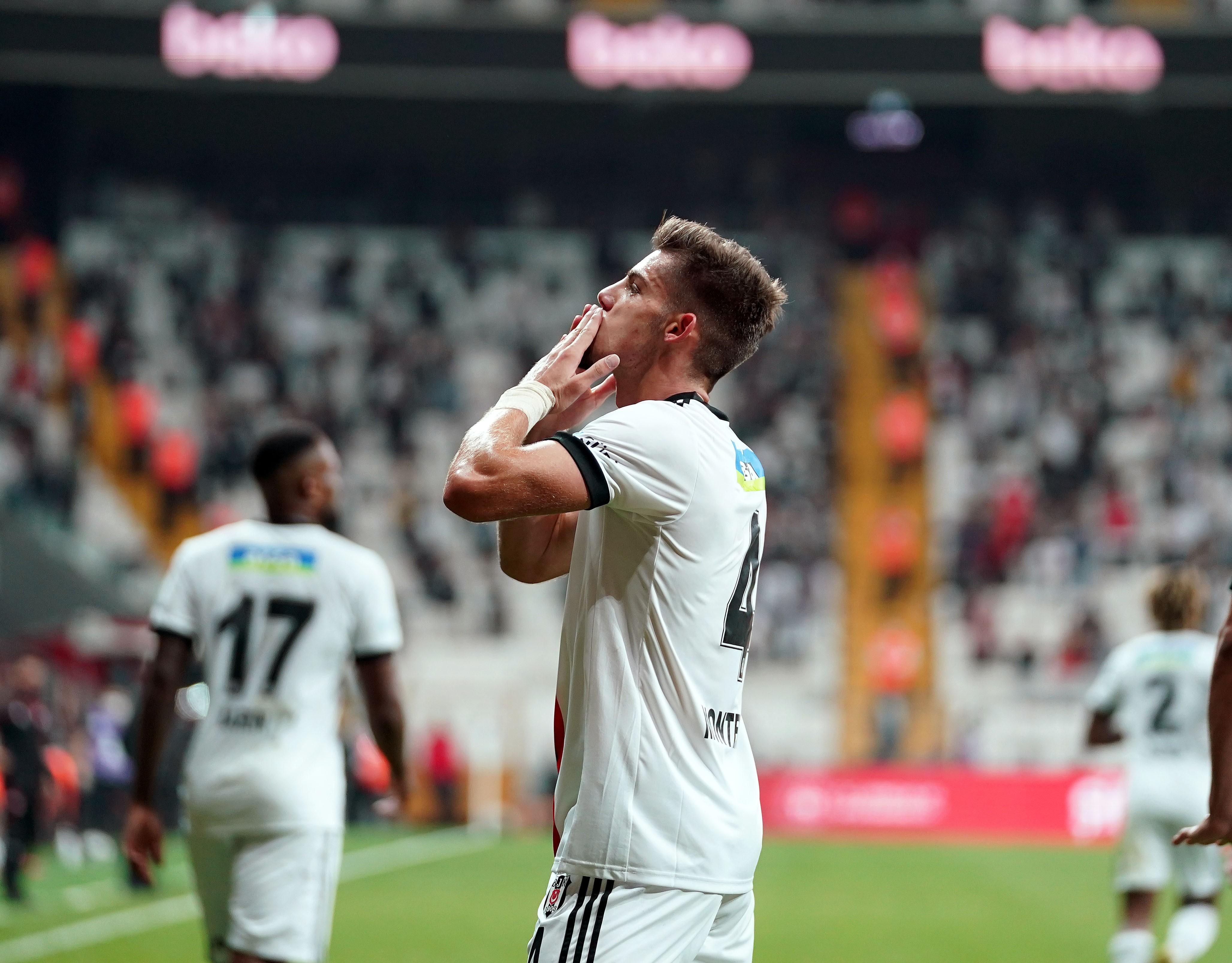 <p>Beşiktaş'ı öne geçiren golü 20. dakikada Francisco Montero kaydetti. Siyah-beyazlılar 45'te Josef de Souza ve 52'de Rıdvan Yılmaz ile skoru 3-0'a getirdi. Adana Demirspor'da Vargas, 60.dakikada takımının ilk golünü kaydederken, dakika 79'da sahneye çıkan Balotelli skoru 3-2 yaptı. Balotelli yine son dakikada sahneye çıkarak, skoru 3-3'e getirdi.</p>