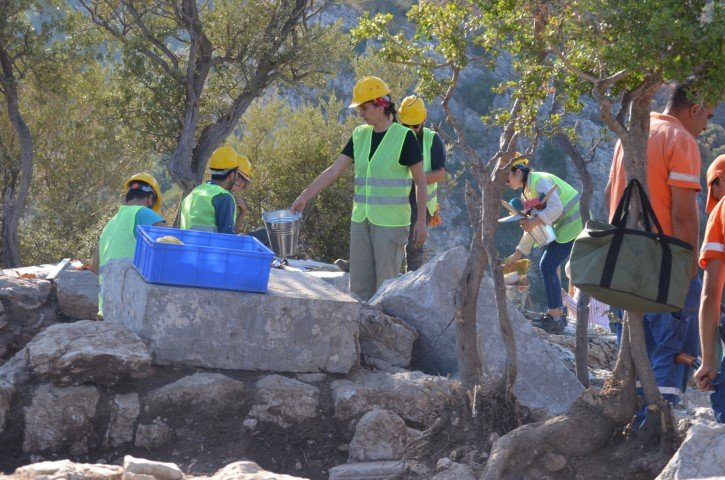 """<p><strong>'SON KAZILARDAKİ KEŞİFLE M.Ö. 6'NCI YÜZYILA KADAR GİDİYOR'</strong></p><p>Kazı çalışmalarını inceleyen ekibe proje hakkında sunum yapan Proje Danışmanı MSKÜ Arkeoloji Bölümü Öğretim Üyesi Dr. Mehmet Gürbüzer, """"Bu seneki çalışmalarımızı kentin akropolis noktasında sürdürüyoruz. Geçen sene kentin nekropolisinde bir kurtarma kazısı gerçekleştirdik. Bu sene de Amos'ta ilk defa sistematik bir kazıya başladık. Bu kazıları Marmaris Müze Müdürlüğü başkanlığında benim de bilimsel danışmanlığımda yürütüyoruz. Bu çalışmaların ana hedefi kentin akropolis bölgesindeki bir kutsal alan oluşturuyor bu üzerinde bulunduğumuz kutsal alan yaptığımız çalışmalar neticesinde büyük bir ihtimalle tanrıça Athena'ya adanmış olmalı. Elde ettiğimiz olgularda onu büyük oranda destekliyor, yaklaşık bir aydır çalışmalarımıza devam ediyoruz.</p><p>Nekropolis Türkçe karşılığıyla 'Ölüler Diyarı', 'Ölüler Ülkesi', 'Ölüler Kenti.' Yani modern tabiriyle mezarlık diye tanımlayabiliriz akropolis de aslında yukarı kentin en üst tarafıntaki yerleşim, bu savunma tahkimatı içerisindeki ana yerleşim oluşturuyor. Burası hiyerarşik açıdan da değerlendirdiğimizde aslında kentin yönetici ve kraliyet kesiminin yaşadığı Prestige'yi oluşturuyor. Destekleyen bulgular da olmasına karşın ki bunlar milattan önce 6'ncı yüzyılı işaret ediyordu ama bu seneki çalışmalardaki kadar bize çok yoğun verileri olmamıştı.</p><p>Ancak bu sene bu noktadaki çalışmalarımız kesin olarak milattan önce 6'ncı yüzyıla kadar giden bir tarih, yani kısacası 2 bin 600 yıllık bir geçmiş olan kentin izlerini bize sunuyor"""" dedi.</p>"""