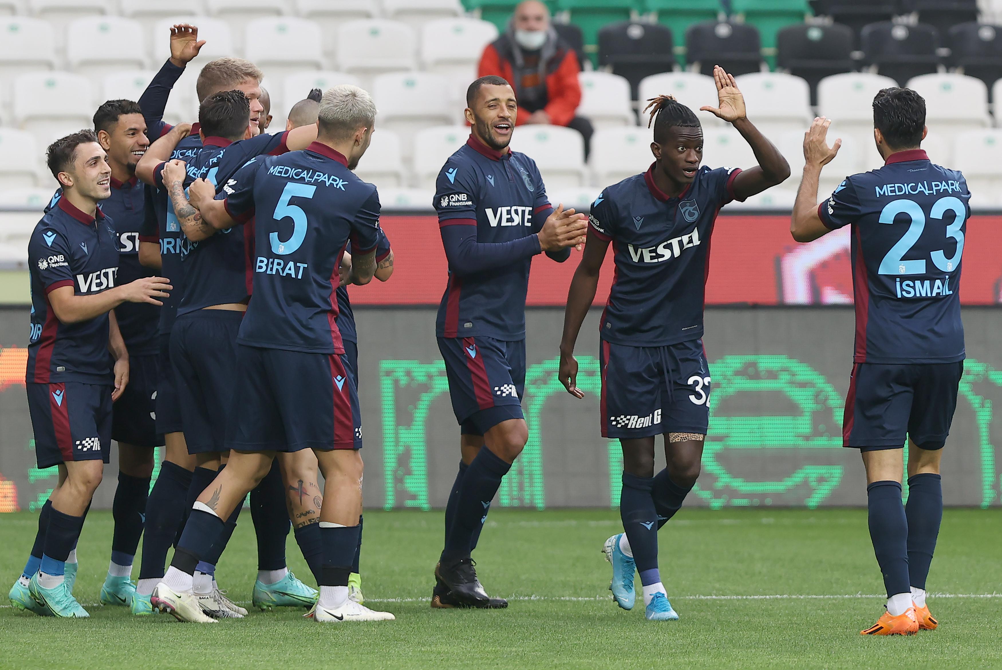 <p>Bugün 17.00'de İttifak Holding Konyaspor ile mücadele eden Trabzonspor ise 2-1 gerideyken beraberliği yakaladı ve karşılaşmadan 1 puanla ayrılmayı başardı. Bordo-mavililer bu skorla, en uzun yenilmemezlik serisi rekorunu kırdılar. (21 maç)</p>