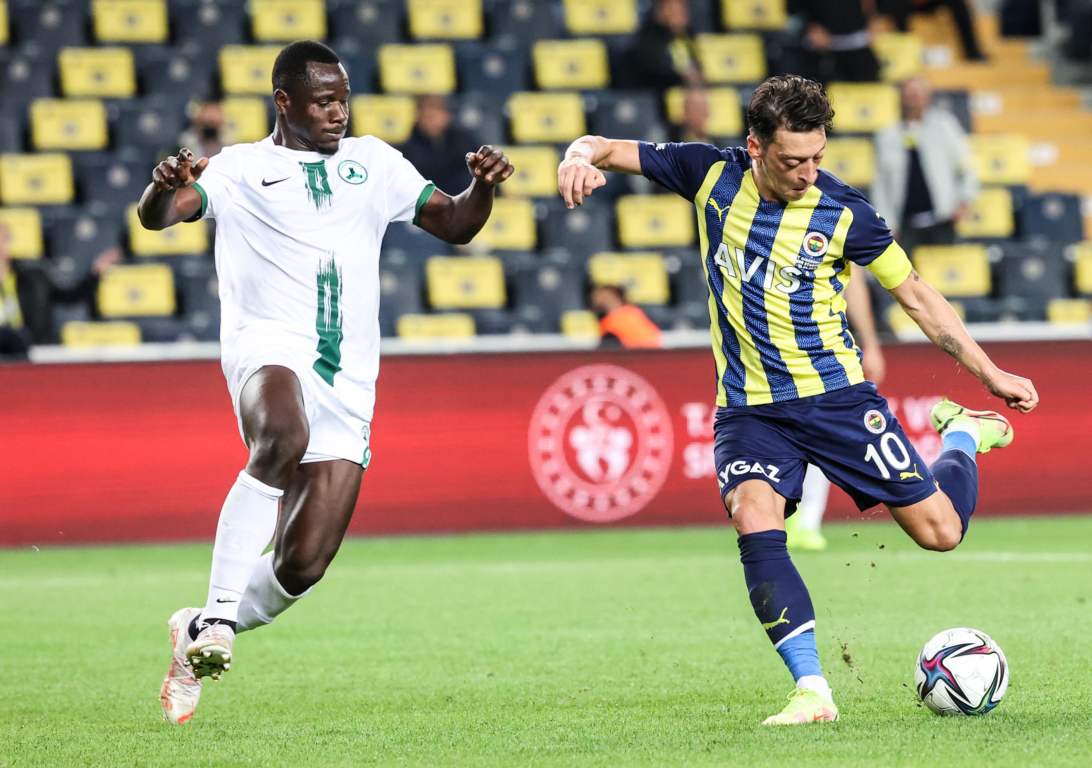<p>Fenerbahçe Ülker Stadyumu'nda oynanan maçta sarı lacivertliler, 2-1 galip gelerek haftanın kazananı oldu.</p>