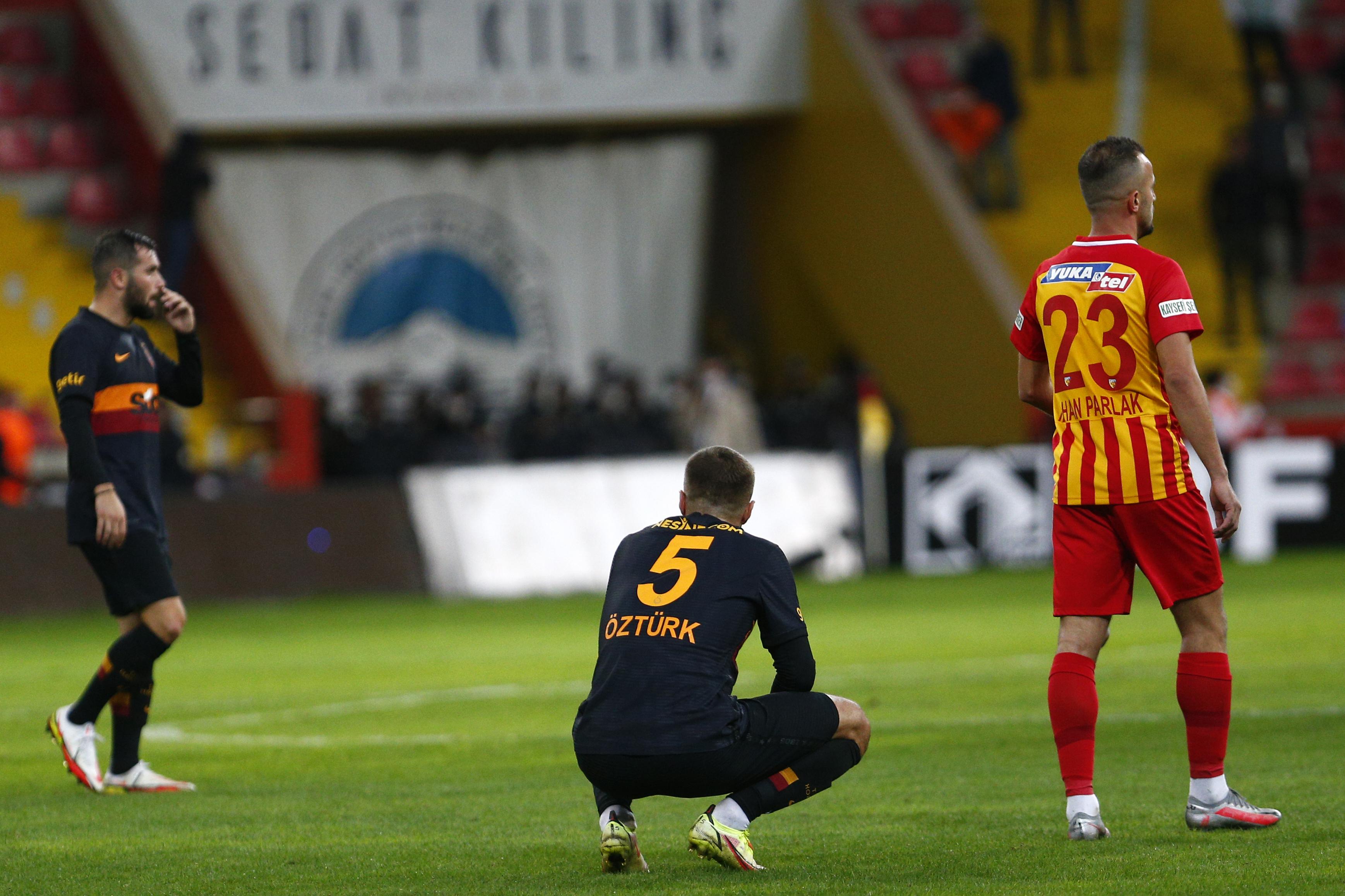 <p>Kayserispor deplasmanına giden Galatasaray, karşılaşmadan 3-0 mağlup ayrıldı. Üst üste alınan puan kayıplarının ardından Kayseri'de de gülemeyen sarı-kırmızılılar 8 puanla 11. sırada kaldı.</p>