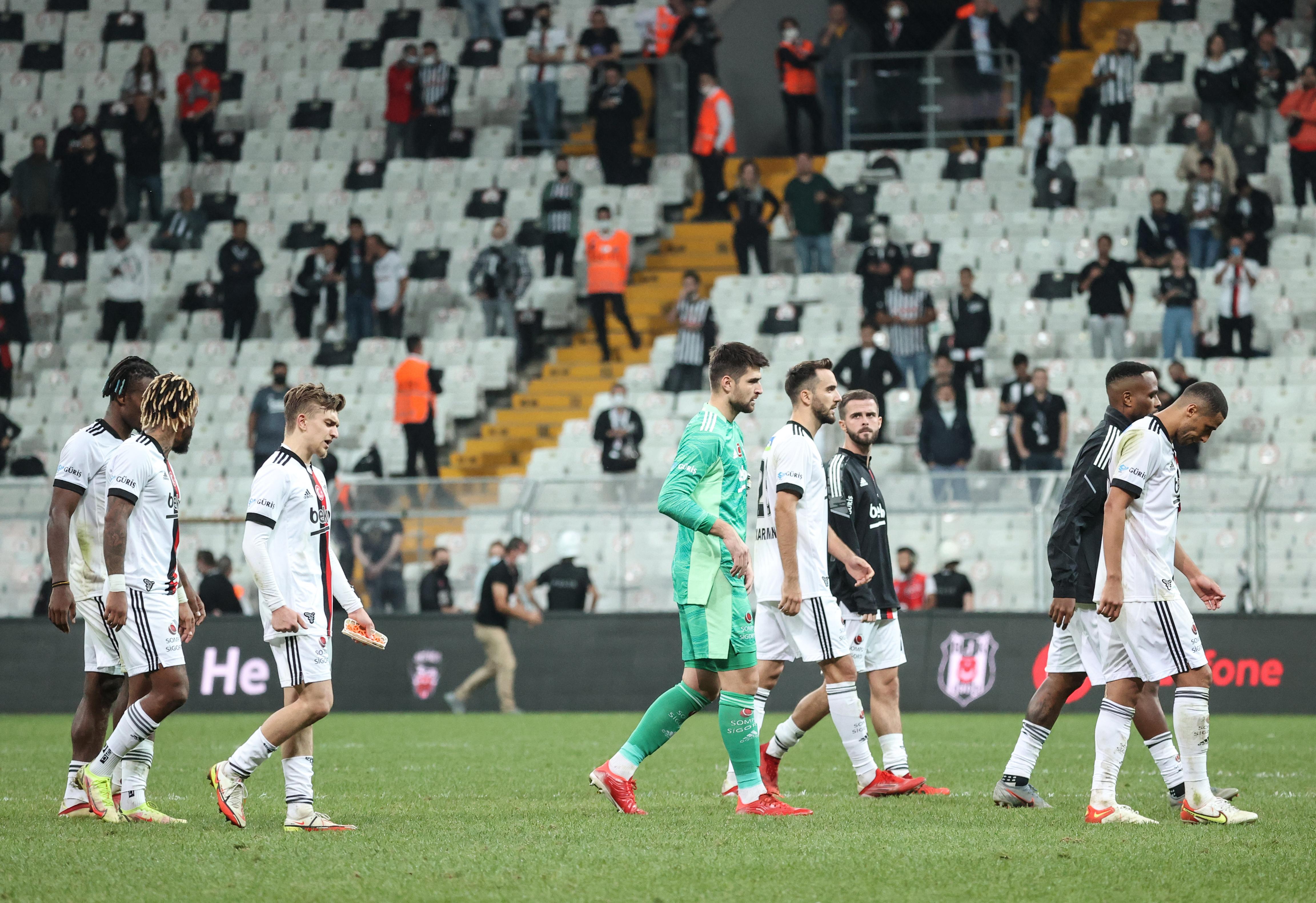 <p>Evinde Adana Demirspor'u ağırlayan Beşiktaş, 3-0 önde olduğu karşılaşmadan 3-3 berabere ayrıldı. Siyah-beyazlılar bu skorla 14 puana yükselerek liderliği korudu.</p>