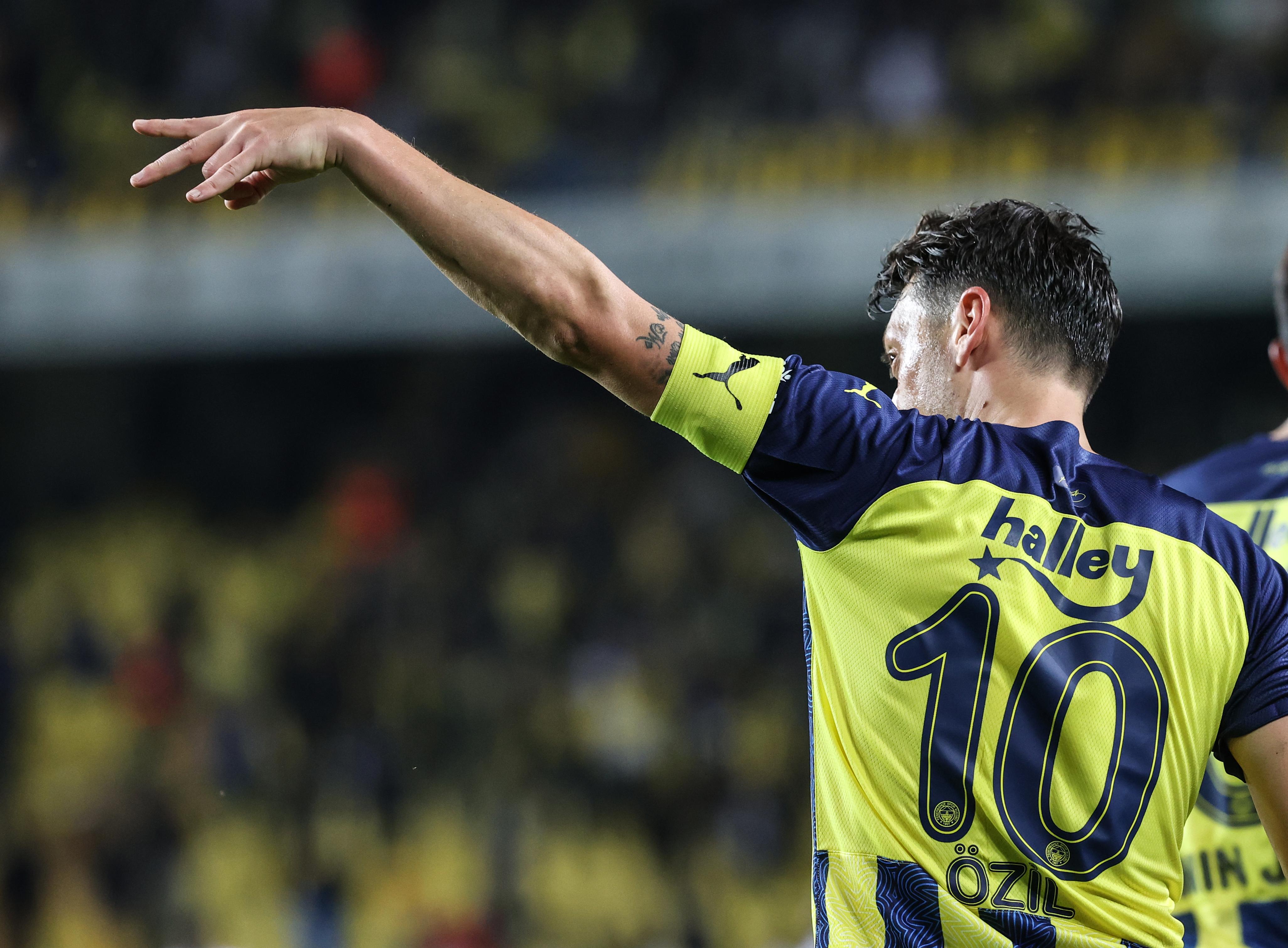 <p>Fenerbahçe ise, Süper Lig'in yeni takımlarından GZT Giresunspor'u Kadıköy'de 2-1 mağlup etti. Ferdi Kadıoğlu ve Mesut Özil'in golleriyle 3 puanı alan sarı-lacivertliler, iki maçlık kazanamama hasretine son verdi. Giresunspor ise bu sezon ligde ilk kez gol sevinci yaşadı.&nbsp;</p>