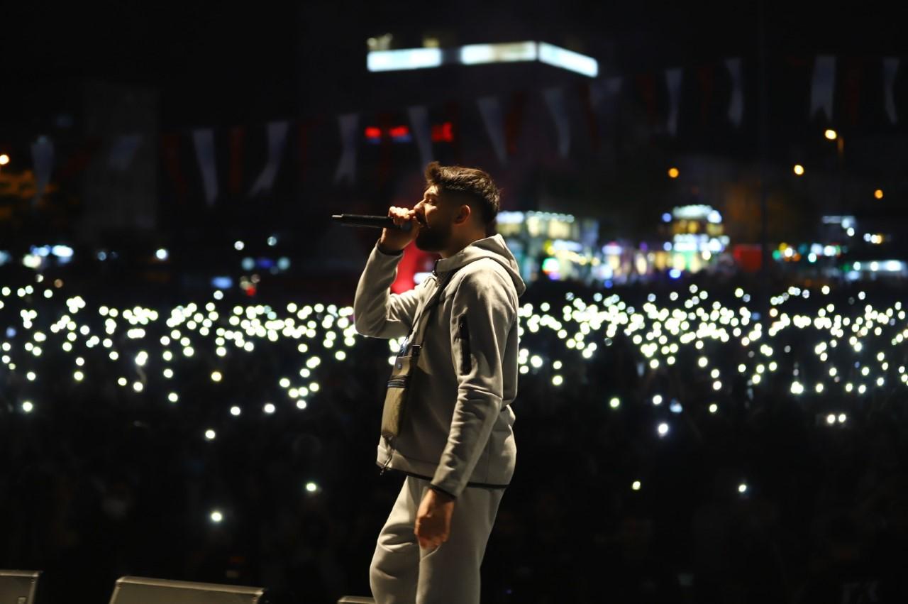 <p>Bu kapsamda rap dünyasının önde gelen isimlerinden Sagopa Kajmer, Canbay ve Wolker Bağcılar'da ağırlandı. Konserin düzenlendiği 15 Temmuz Demokrasi ve Milli İrade Meydanı saatler öncesinden dolmaya başladı.<br></p>