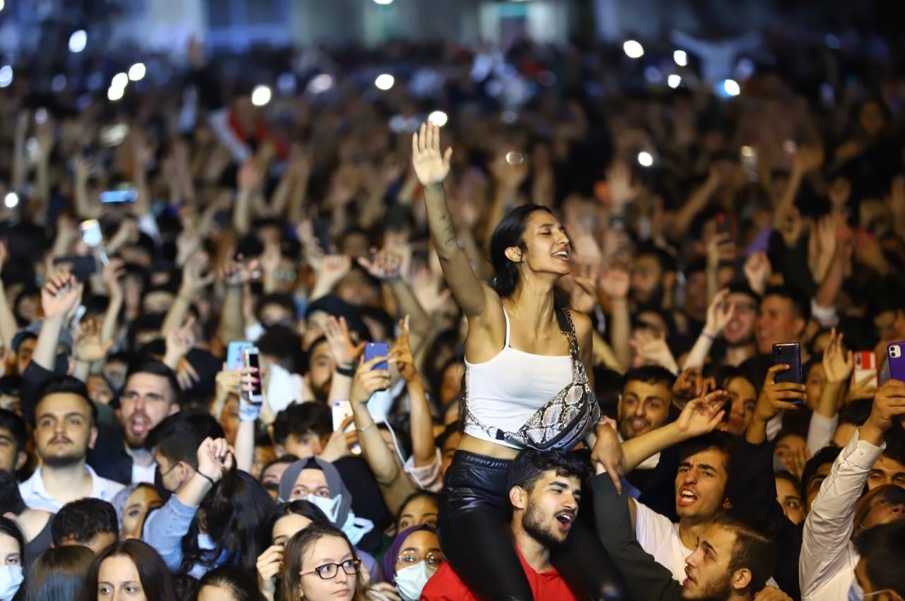 """<p>Hizmetlerde önceliklerinin gençler olduğunu belirten Bağcılar Belediye Başkanı Lokman Çağırıcı, """"Gençlik Konserleri"""" projesini hayata geçirdiğini duyurdu.<br></p>"""