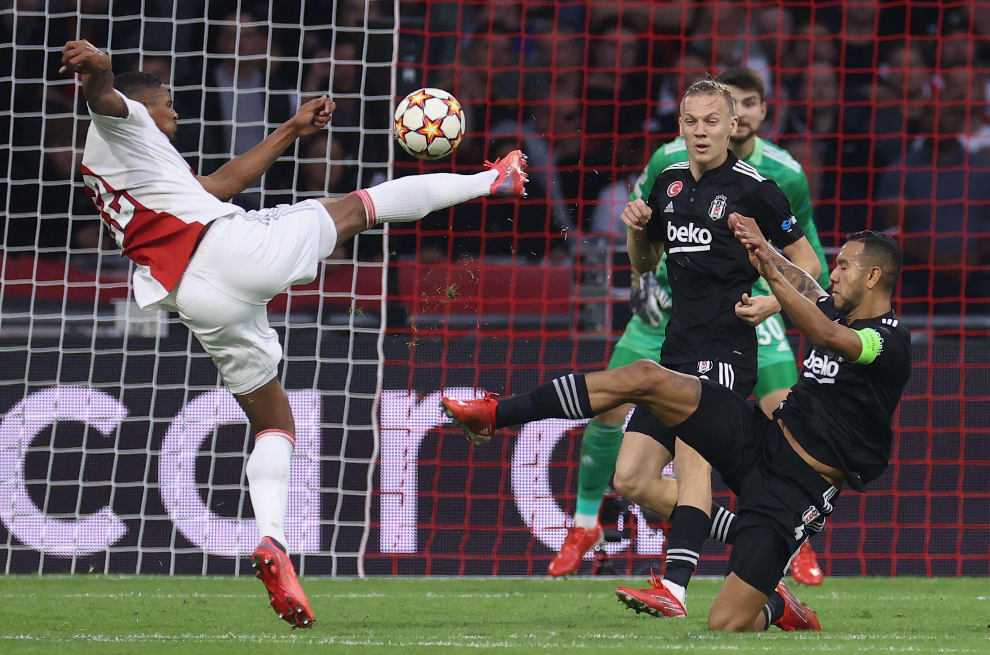 <p>Ajax'ın golcüsü Haller Beşiktaş karşısında kaydettiği gol ile Şampiyonlar Ligi tarihine geçti. Haller Şampiyonlar Ligi'nde çıktığı ilk 2 maçta 5 gol kaydeden tek futbolcu oldu.&nbsp;</p>