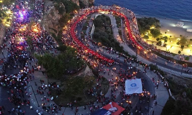 Antalya akşamını Cumhuriyet meşaleleri aydınlattı