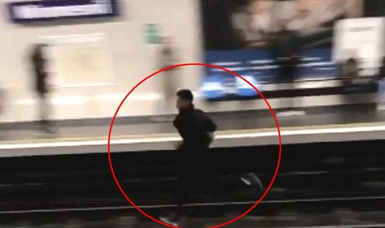 Paris metrosunda bilet denetçilerinden kaçan adam raylarda koştu