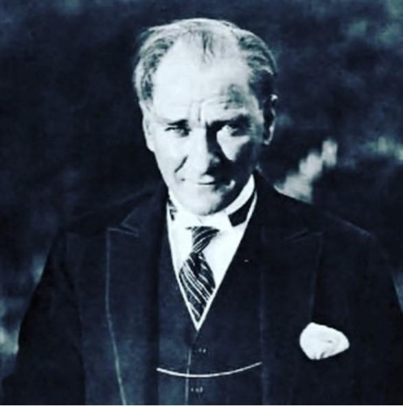"""DEFNE SAMYELİ  """"Seni andığımız bir 10 Kasım daha Atatürk'üm. Açtığın yolda, kurduğun ülküde, gösterdiğin amaçta, hiç durmadan yürüyeceğime and içerim.."""""""