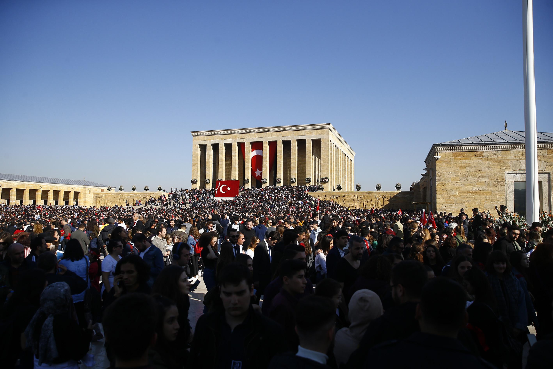 Türkiye Cumhuriyeti'nin kurucusu Büyük Önder Mustafa Kemal Atatürk, ebediyete intikalinin 81'inci yılında Anıtkabir'de düzenlenen devlet töreniyle anıldı. Anıtkabir, resmi törenden sonra ziyaretçilere açıldı.