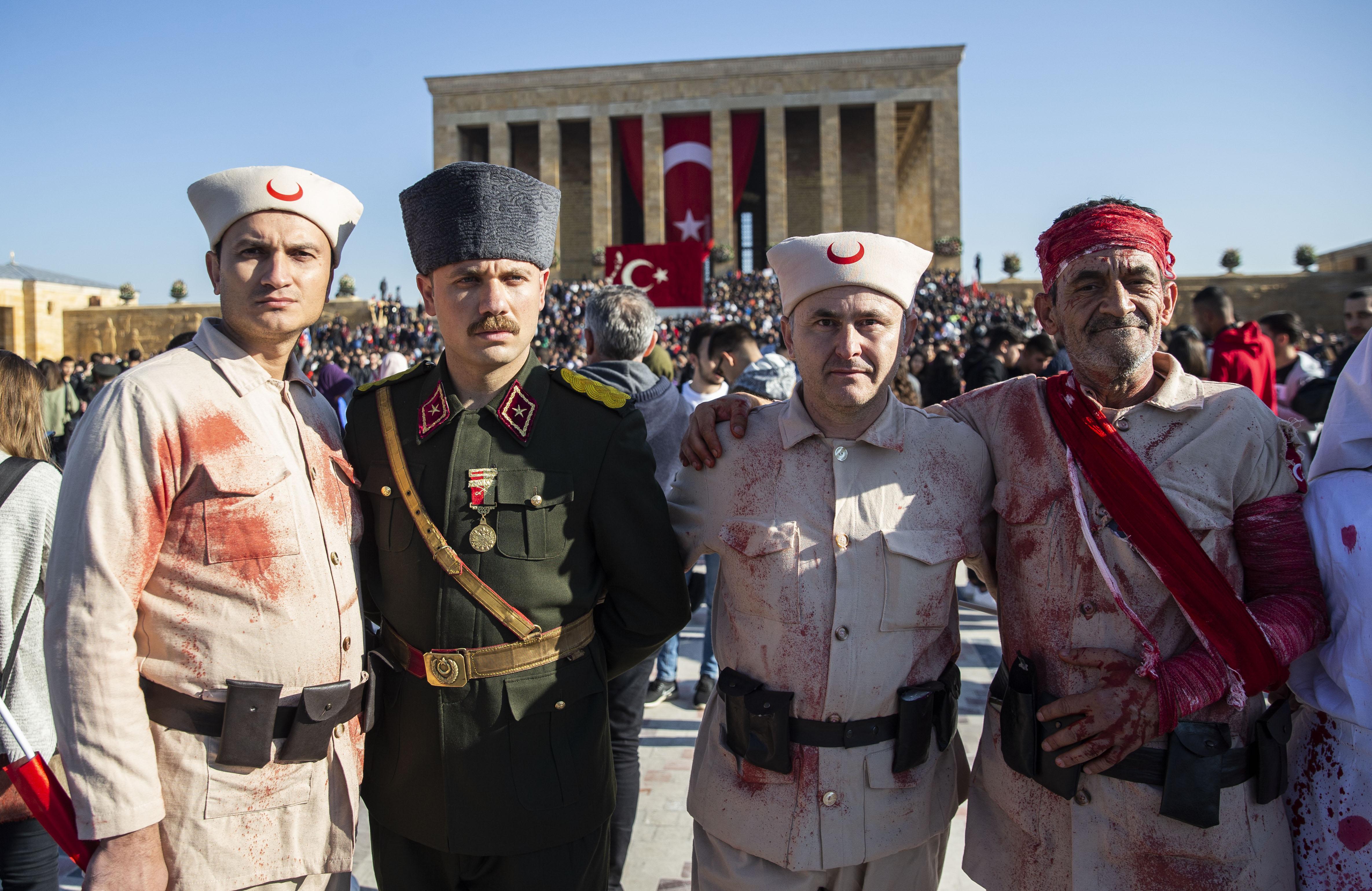 Ellerindeki Türk bayraklarıyla Atatürk'ün mozolesine gelen vatandaşlar, buraya karanfil bırakarak dua etti. Anıtkabir'i ziyaret eden 7'den 70'e binlerce kişi, Türk bayrakları ve Atatürk posterleri ile fotoğraf çektirdi.