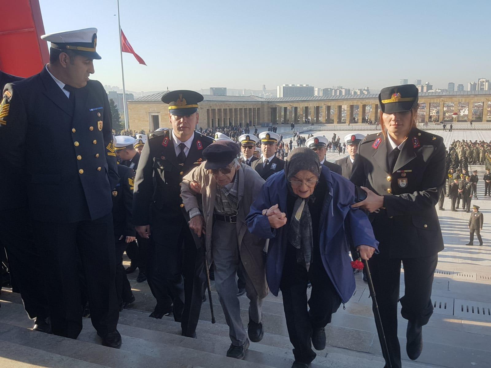 Türkiye'nin dört bir yanından Anıtkabir'e gelen vatandaşlar, derin bir üzüntü yaşadıklarını; ancak Atatürk'ün huzurunda olmaktan da mutluluk duyduklarını söyledi. Anıtkabir, 10 Kasım nedeniyle saat 22.00'ye kadar ziyaretçilere açık.