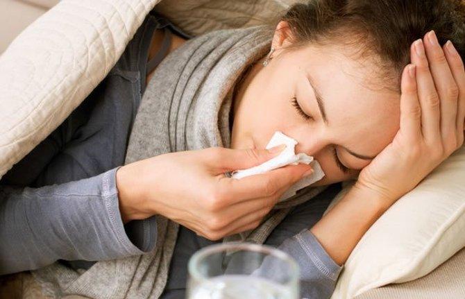 Havayolu ve damlacıkla bulaşabilir Zatürre, virüs ve bakteriler başta olmak üzere çeşitli mikroorganizmalara bağlı olarak gelişmektedir. Çoğunlukta vücut direnci zayıf hastaların kendi ağız, boğaz ve sindirim sistemindeki mikropların akciğere ulaşmasıyla meydana gelir. Hastalık ayrıca hasta olanlardan sağlıklı kişilere, doğrudan hava yolu, damlacık veya el temasıyla da buluşabilir. Havadan öksürük ve hapşırık ile yayılabildiği gibi ağız ve burun akıntıları bulaşmış mendil ve kişisel eşyalar aracılığıyla da kişilere geçebilir.