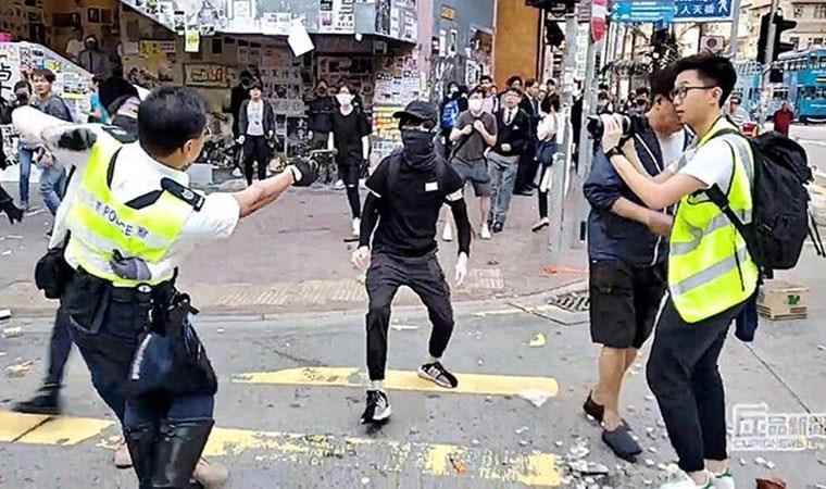 Polis canlı yayında göstericiyi vurdu!