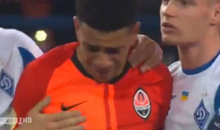 Gözyaşlarına hakim olamadı... Irkçı tezahürata tepki kırmızı kart getirdi!
