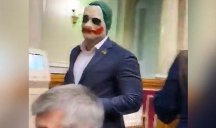 Parlamentoya Joker maskesiyle geldi!
