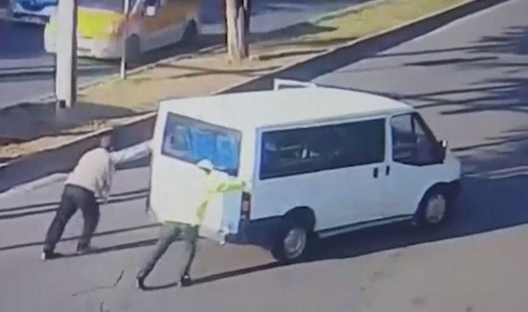 Aracı arıza yaptı, yardımına trafik polisi yetişti!