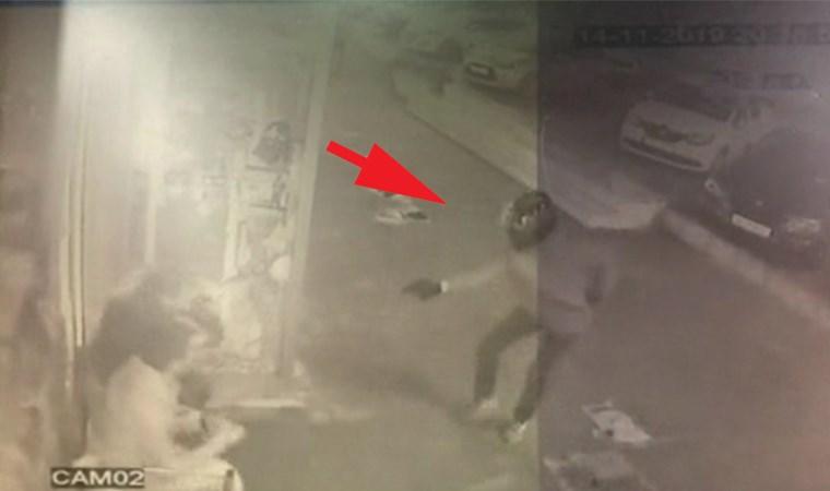 Kurşun yağdırdı: Kasklı saldırgan kamerada