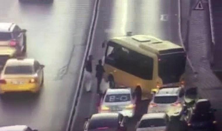 Dolmuş, düğün konvoyundan zarf alabilmek için yolu trafiğe kapattı