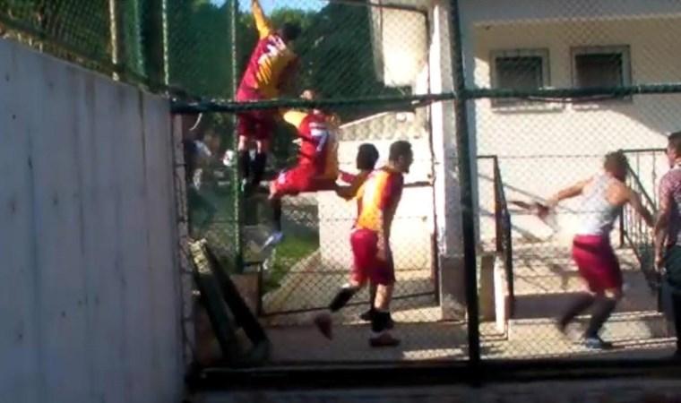 Futbolcular tribüne atladı!  Maç sonrası çıkan kavga kamerada