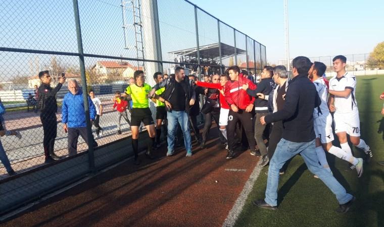 Kırmızı kart gören futbolcu hakeme saldırdı, maç yarıda kaldı