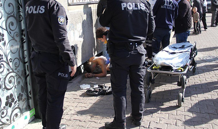 Gözaltına alınmak istenen genç, polisin silahıyla vuruldu
