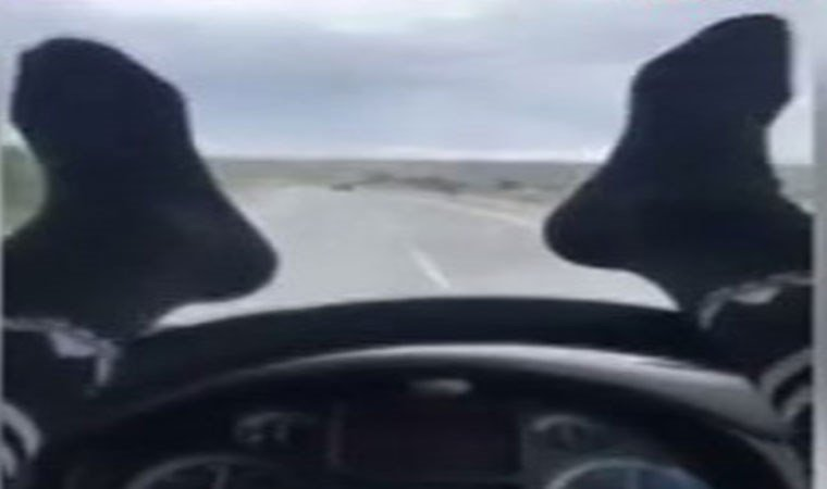 Ayakları direksiyonda otomobil kullandı!