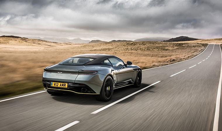 Lüks otomobil Türkiye Showroom'unda yerini aldı: 640 beygir gücünde, 100 km hıza 3.7 saniyede ulaşıyor!