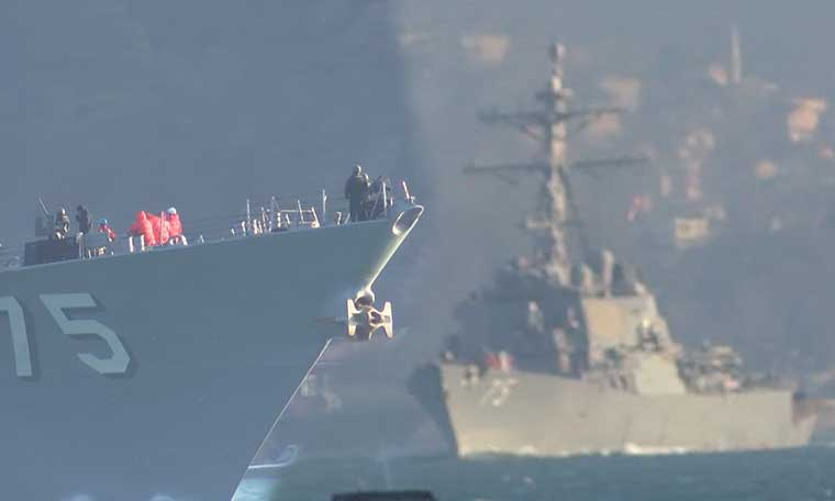 Boğaz'da dikkat çeken görüntü! ABD ve Rus savaş gemileri karşı karşıya