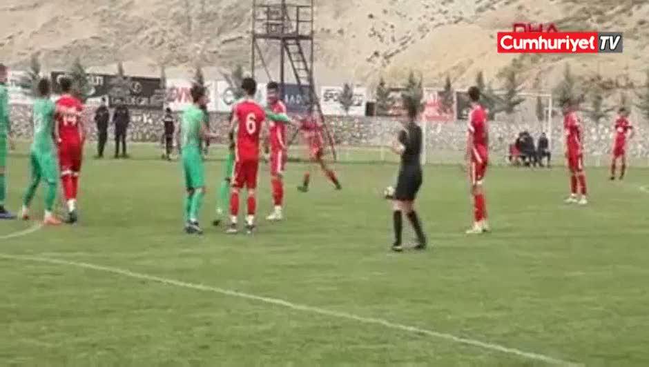 Genç futbolcu sahada bir anda yere yığıldı