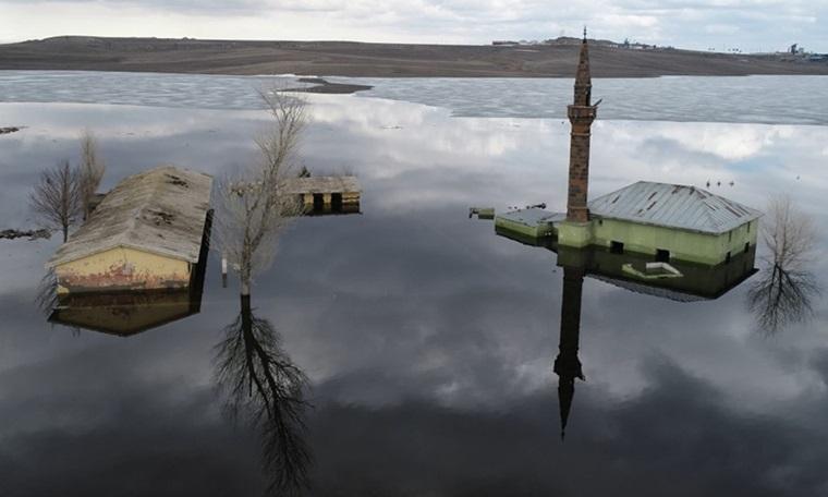 Sular altında kalan cami ilk kez havadan görüntülendi