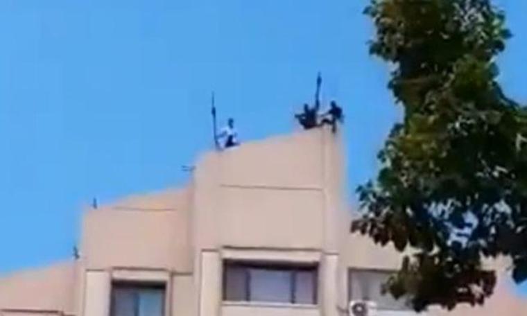 Maaşını alamayan işçiden çatı eylemi