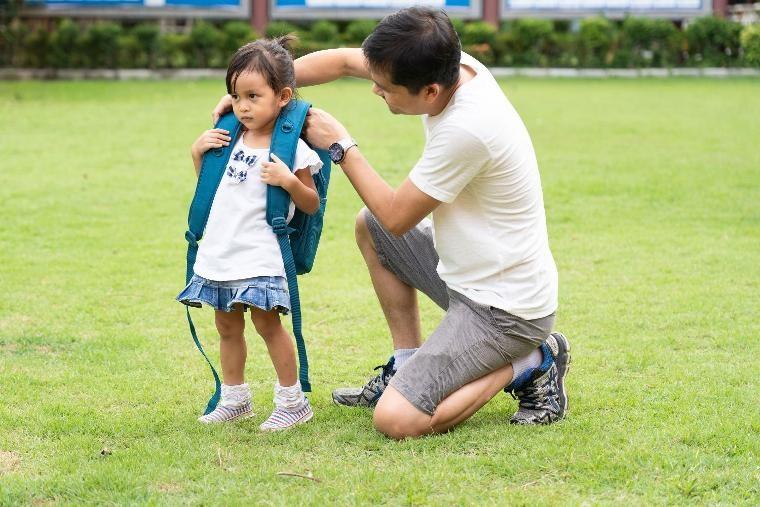Ağır çantalar çocuklarda sırt ve bel rahatsızlığı oluşturuyor