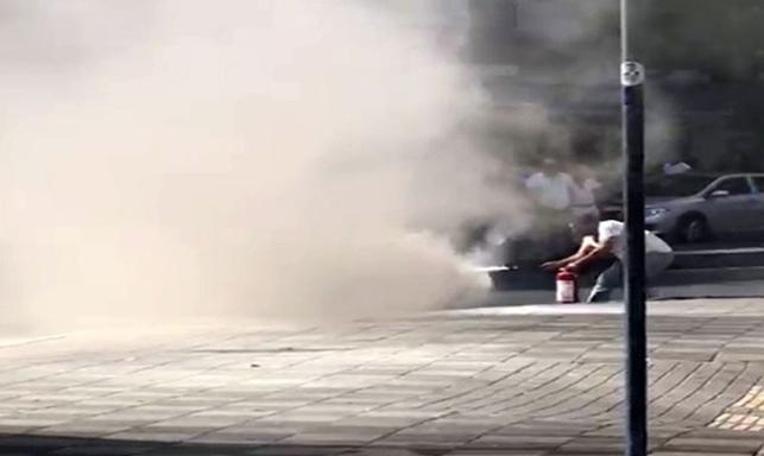 Otomobil alev aldı, patlama seslerine rağmen söndürmeye devam etti