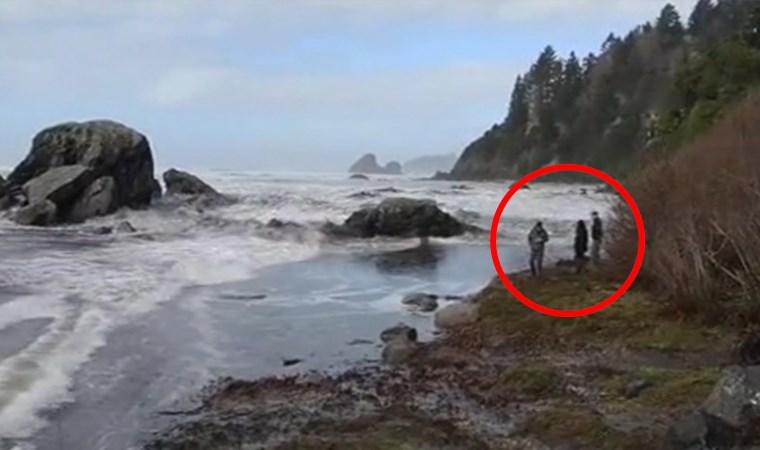 Denizi izleyen turistleri dalga vurdu!