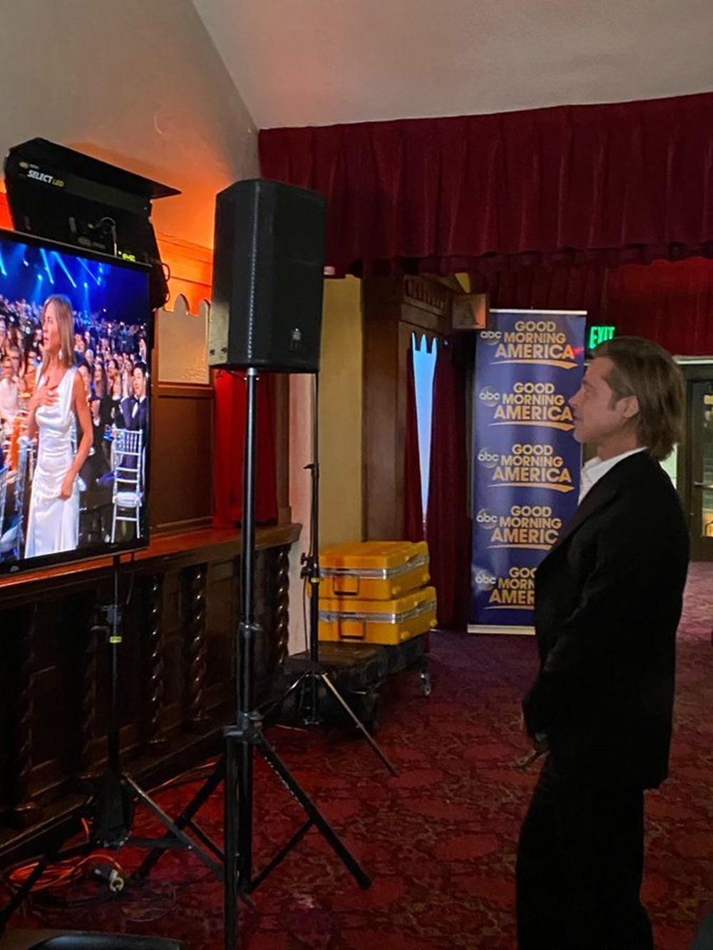 GECENİN EN SEMPATİK ANI Brad Pitt ödülünü aldıktan sonra sahne arkasındayken ödül törenini sahne arkasındaki ekrandan takip etti. Eski eşi Jennifer Aniston, The Morning Show'daki performansıyla drama dizisi dalında En İyi Kadın Oyuncu ödülü için ismi açıklanan kişi oldu. Pitt, Aniston'un ödülü alacağından emin bir şekilde onu izlerken böyle görüntülendi.